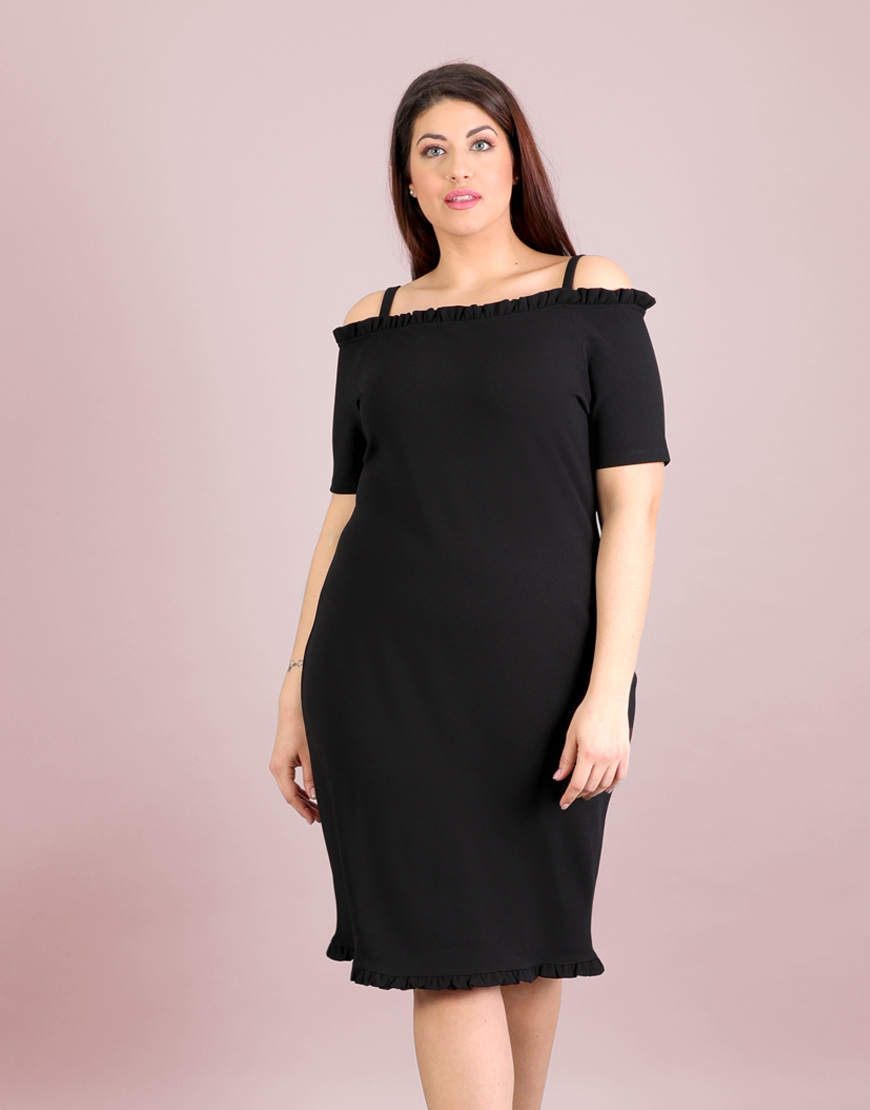 b4a5e95c2317 Έξωμο εφαρμοστό φόρεμα για μεγάλα μεγέθη με βολάν σε πόντε κρεπ.Το μοντέλο  φοράει: