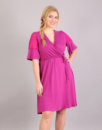 75a066c08491 Κρουαζέ φόρεμα για μεγάλα μεγέθη σε ελαστικό ζέρσεϊ με σιφόν λεπτομέρεια.Το  μοντέλο φοράει