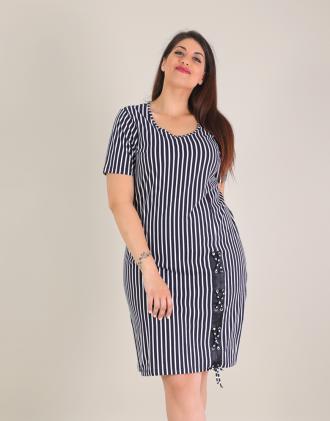d9773d490726 Ριγέ βαμβακερό φόρεμα για μεγάλα μεγέθη με χιαστί λεπτομέρεια.Το μοντέλο  φοράει  XLΎψος μοντέλου