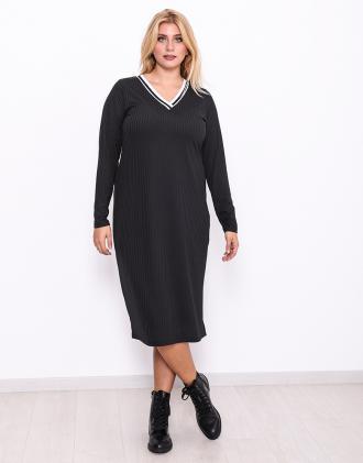 d688fceb030a Μάυρο φόρεμα για μεγάλα μεγέθη με ριγέ λάστιχο στο λαιμό και σκίσιμο στο  πλάϊ