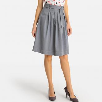 Μίντι φούστα από ελαφρύ ντένιμ σε casual γραμμή.Επίπεδες πιέτες μπροστά και  πίσω για ελαφρώς e75cb01162e