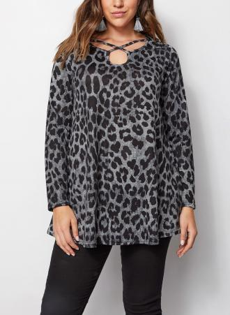 ea009ecdc5e Animal print μπλούζα σε γκρι χρώμα με μακρύ μανίκι και χιαστί λεπτομέρεια  στην λαιμόκοψη. Το