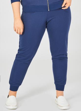 5ec38c5ac8d Φόρμα παντελόνι σε σκούρο μπλε χρώμα με λάστιχο στην μέση και slim γραμμή.  Συνδυάστε την